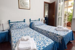 A bed or beds in a room at 2 Passi Da