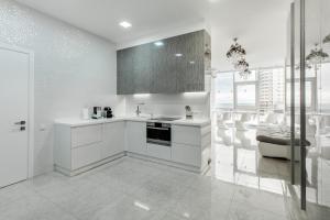 Кухня или мини-кухня в Royal Apartment