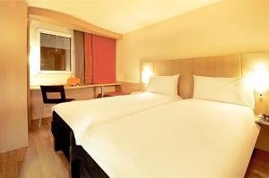 Een bed of bedden in een kamer bij ibis Paris Montmartre 18ème
