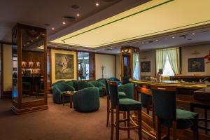 The lounge or bar area at Hotel Sevlievo Plaza
