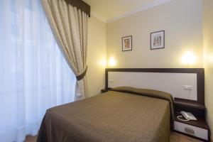 A bed or beds in a room at Hotel Boccascena
