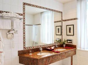 A bathroom at Hotel De La Matelote
