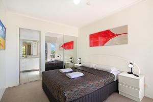 A bed or beds in a room at Blue Waters Apartments