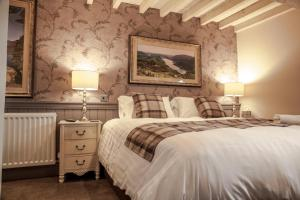 A bed or beds in a room at Crofters Lodge