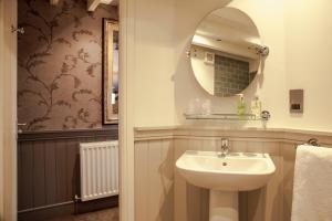 A bathroom at Crofters Lodge