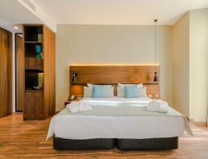 A bed or beds in a room at Vincci Liberdade