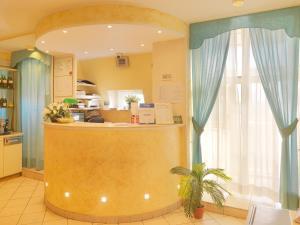 Лобби или стойка регистрации в Hotel Arco Romana