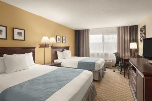 A bed or beds in a room at Country Inn & Suites by Radisson, Sioux Falls, SD