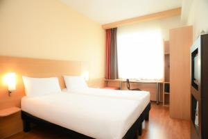 A bed or beds in a room at ibis Douai Centre