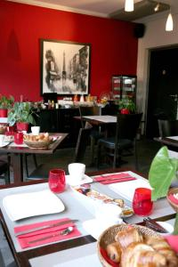 A restaurant or other place to eat at Hotel La Villa Julia