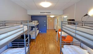 Våningssäng eller våningssängar i ett rum på Spoton Hostel & Sportsbar