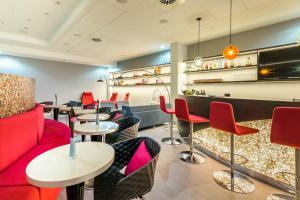 The lounge or bar area at Mercure Hotel Düsseldorf Zentrum