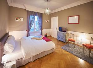 A bed or beds in a room at Appartements Plantagenet - Le 33