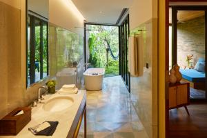 A bathroom at Katamama Suites at Desa Potato Head