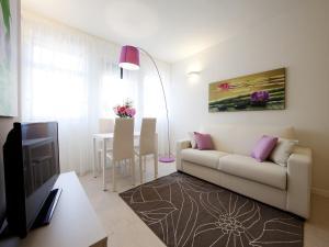 A seating area at La Farina Apartments