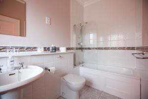 A bathroom at Portclew House