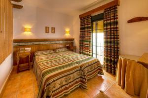 A bed or beds in a room at Apartamentos El Roqueo