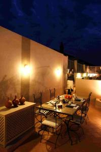 A restaurant or other place to eat at Riad 5 Sens