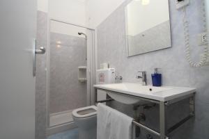 A bathroom at Hotel Brasil Milan