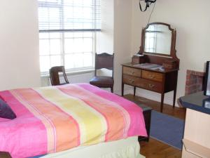 A bed or beds in a room at Artists House