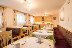 A restaurant or other place to eat at Pension Haus Eden