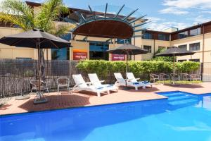 The swimming pool at or near Heartland Hotel Auckland Airport