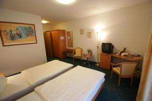 A bed or beds in a room at Wald-Café Hotel-Restaurant