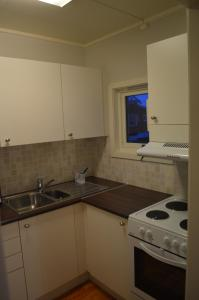 Кухня или мини-кухня в Vardø Apartments