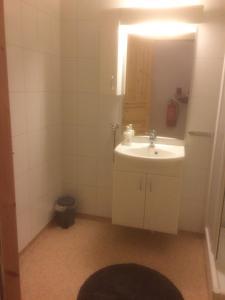 Ванная комната в Vardø Apartments