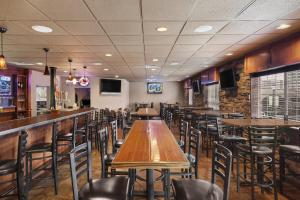 A restaurant or other place to eat at Country Inn & Suites by Radisson, Sioux Falls, SD