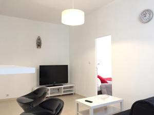 A television and/or entertainment center at Appartement Le Vieux Port