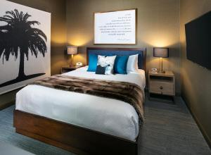 A bed or beds in a room at Hotel Hermosa