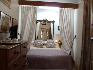 A bed or beds in a room at Queen Anne House