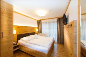 Ein Bett oder Betten in einem Zimmer der Unterkunft Hotel Dorfer
