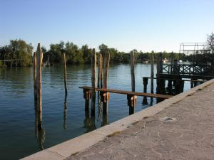 Uma vista do lago perto da pousada campestre
