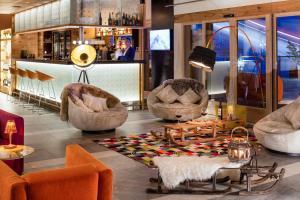 The lounge or bar area at Hotel Pashmina Le Refuge