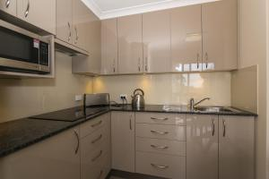 A kitchen or kitchenette at The Good Life B&B