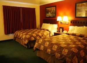 A bed or beds in a room at Relax Inn Chehalis