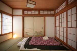 Tempat tidur dalam kamar di Sheena To Ippei