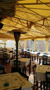 A restaurant or other place to eat at Melani Apartments