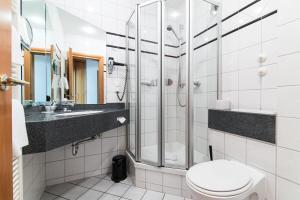 A bathroom at Hotel Waldhaus-Langenbrahm