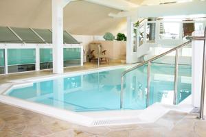Der Swimmingpool an oder in der Nähe von Hotel An der Wasserburg