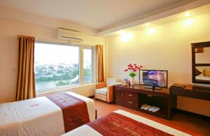 A television and/or entertainment centre at Serene Shining Hotel & Spa