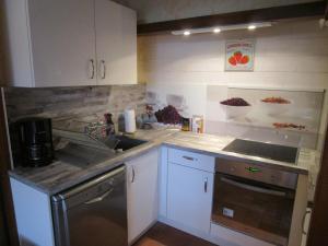 Cuisine ou kitchenette dans l'établissement Gîte Le Bourgneuf