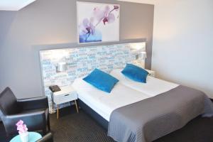 A bed or beds in a room at Strandhotel Het Hoge Duin
