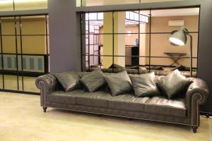 A seating area at Airport Residence