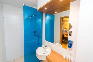 A bathroom at Park Inn by Radisson Reykjavik Keflavík Airport