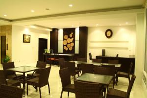 A restaurant or other place to eat at The White Pearl Hotel