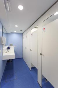 A bathroom at Albergue de Pamplona-Iruñako