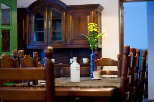 A restaurant or other place to eat at Erdö Szíve Vendégház Károlyháza